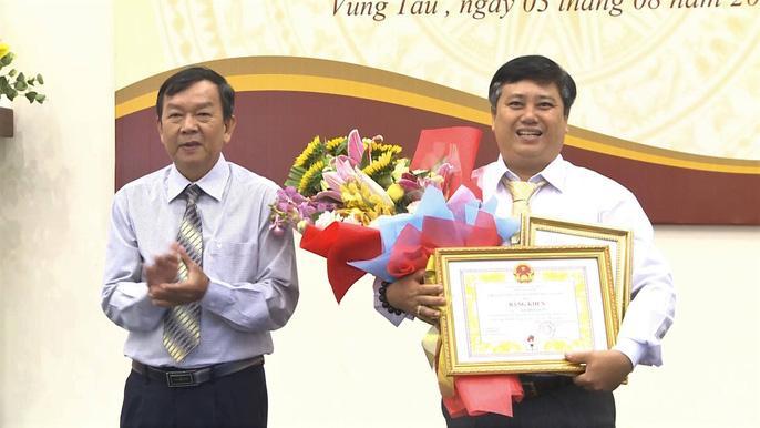 Nhà sưu tầm Nguyễn Ngọc Ẩn (ảnh phải) đã hiến tặng hơn 5.500 hiện vật trên cả nước