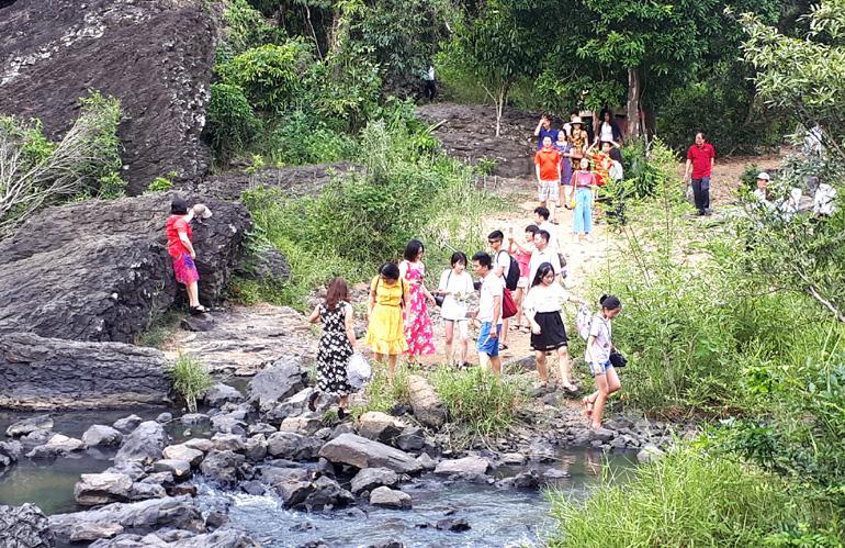 Mùa này đông đảo du khách đến tham quan lòng thác H'Ly.
