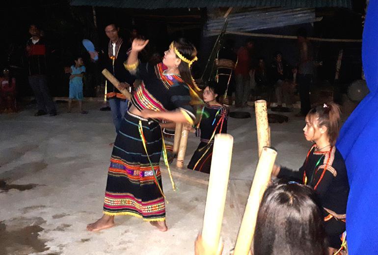 Sơn nữ dân tộc Ê Đê múa giã gạo phục vụ du khách.