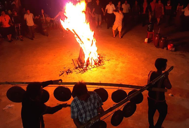 Du khách hòa mình trong không khí lễ hội cồng chiêng bên ánh lửa bập bùng