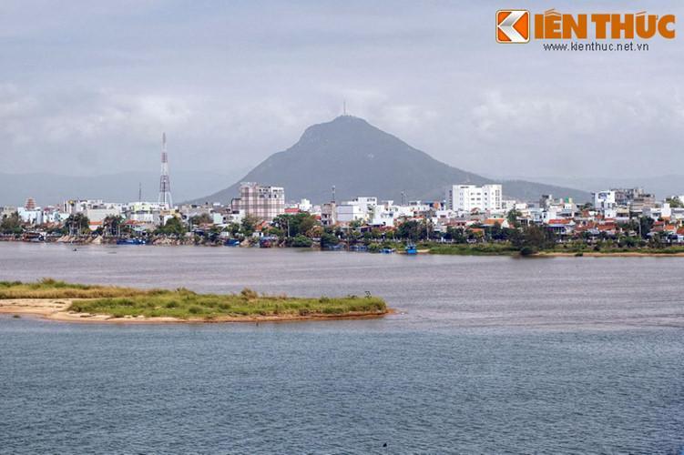 Trong tâm thức của người dân, núi Chóp Chài cùng với sông Ba đã trở thành biểu tượng quen thuộc của thành phố Tuy Hòa và mành đất Phú Yên.