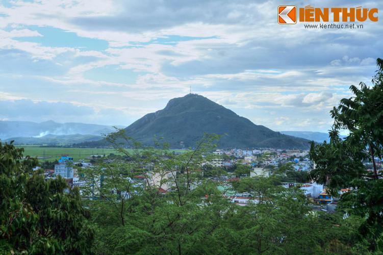 Núi có chiều cao 363 mét, nổi lên giữa vùng đồng bằng Tuy Hòa bằng phẳng. Chu vi quanh chân núi là 10 km.
