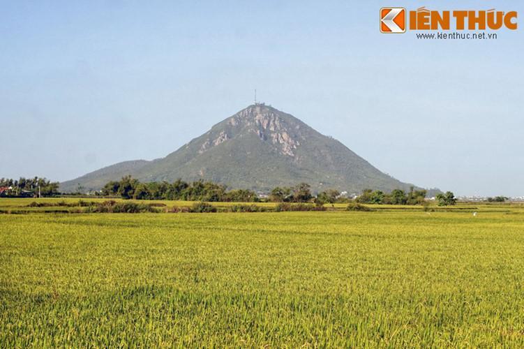 Nhìn từ xa, núi Chóp Chài có hình nón, trông tựa như một kim tự tháp khổng lồ.