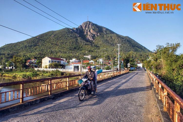 Hàng triệu năm trước, núi Chóp Chài từng là đảo đá giữa biển, sau này do những chấn động địa chất và phù sa bồi lắng mà khu vực quanh núi trở thành đồng bằng.