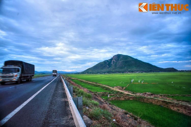Căn cứ vào hình dáng và thế núi thì nó còn có tên khác là Quy Sơn (núi Rùa) hay hòn Cổ Rùa, bởi nhìn giống một con rùa đang thò cổ ra bò trên mặt đồng rộng.