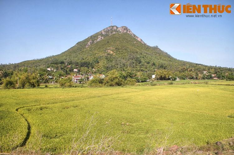 Nằm ở địa phận phận xã Bình Kiến, ngoại ô thành phố Tuy Hòa, núi Chóp Chài là một thắng cảnh nổi tiếng của mảnh đất Phú Yên.