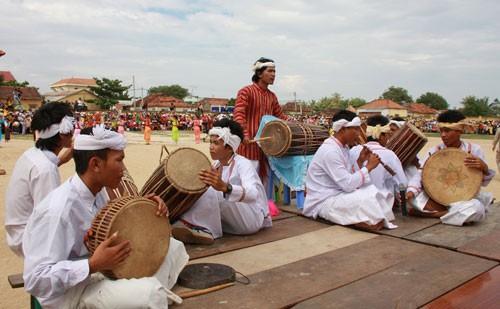 Trình tấu trống ghi năng và kèn saranai tại lễ hội Kate của người Chăm ở Ninh Thuận.