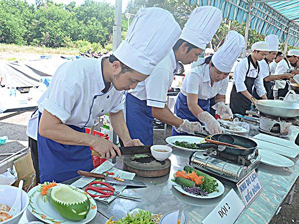 Các đầu bếp nhà hàng KDL Biển Đông chế biến món ăn tại hội thi.