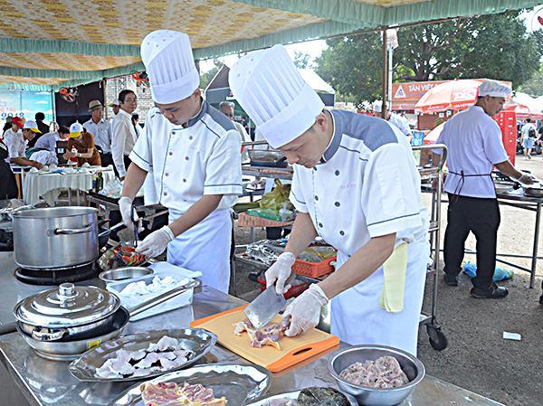 Các đầu bếp khách sạn Grand-Palace chế biến món ăn tại hội thi.