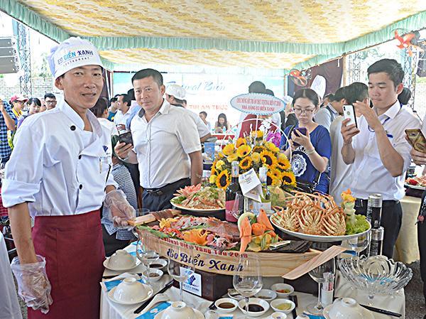 Món ăn được trang trí hấp dẫn, bắt mắt của nhà hàng Eo Biển Xanh tại hội thi.