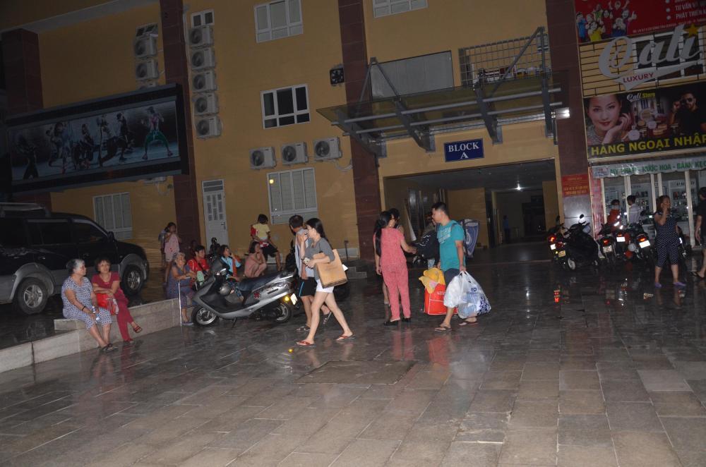 Người dân thu dọn đồ dạc và đưa trẻ em tạm lánh khỏi tòa nhà trong đêm.
