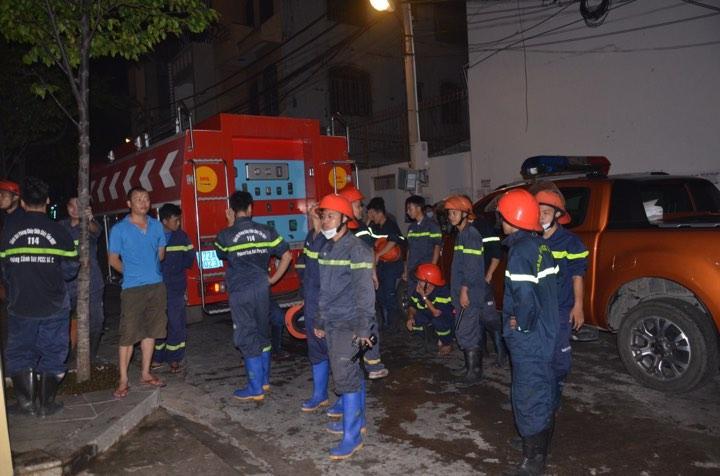 Lực lượng Phòng cháy chữa cháy đang tập trung xử lý khói tại tòa nhà.