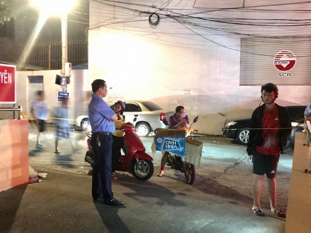 Lực lượng bảo vệ tòa nhà làm barie khoanh vùng và hạn chế người dân xuống tầng hầm.