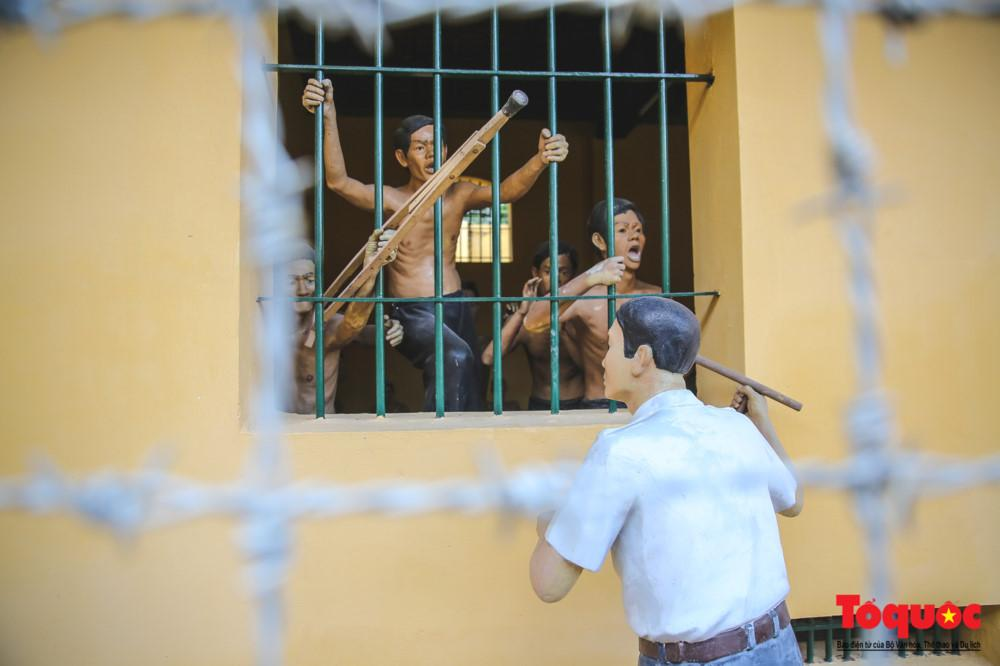 Nhà tù gồm 21 phòng giam tập thể lớn nhỏ và một số xà lim. Mỗi phòng rộng từ 2,16m đến 2,62m cao 3,9m, sức chứa từ 30 đến 50 người. Nhưng khi chính quyền Ngô Đình Diệm lê máy chém đi khắp các nơi để giết người dân vô tội thì mỗi phòng giam lên đến 150 người. Với sức chứa như thế, chế độ ăn thì hà khắc với gạo mốc, mắm đắng, khô mục…