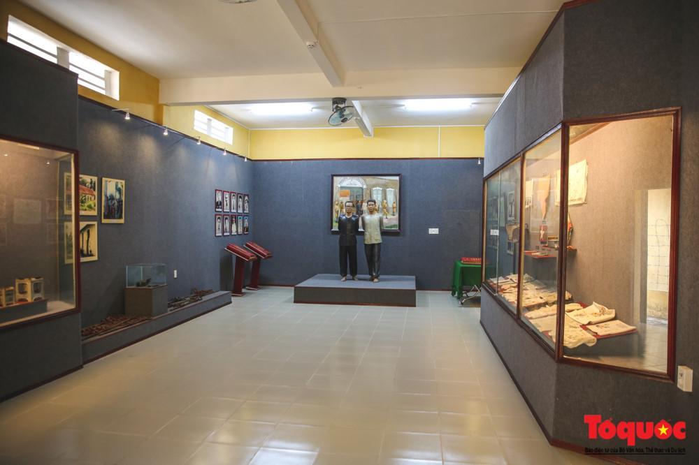 Khu trưng bày của di tích lưu giữ những hiện vật của phạm nhân làm ra khi bị giam giữ ở đây dùng để gửi về nhà làm kỷ niệm, hay báo tin còn sống, hoặc gửi ra ngoài bán để cải thiện đời sống trong nhà tù.