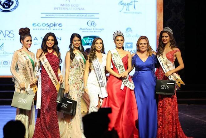 Thư Dung (ngoài cùng bên trái) chụp ảnh cùng các hoa hậu và á hậu của Hoa hậu Du lịch Sinh thái 2018.