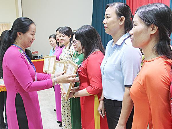 Bà Nguyễn Thị Thu Hằng, Phó Chủ tịch Hội Liên hiệp phụ nữ TP. Vũng Tàu trao giải cho các đơn vị đạt thành tích xuất sắc.
