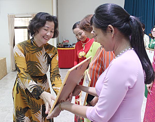 Bà Vương Thị Dung, Phó Chủ tịch Hội Liên hiệp phụ nữ tỉnh trao giải cho các đơn vị đạt thành tích xuất sắc.