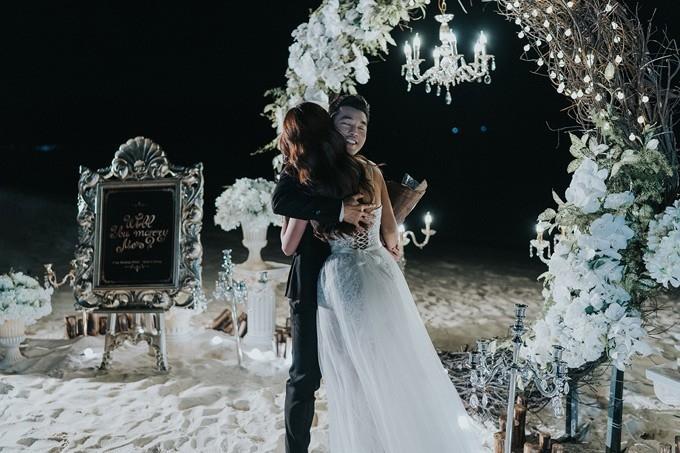 Bằng tình yêu, sự quan tâm và thấu hiểu, ca sĩ Ưng Hoàng Phúc đã dành sự bất ngờ lớn cho người thương Kim Cương trong buổi chụp ảnh cưới vừa qua.