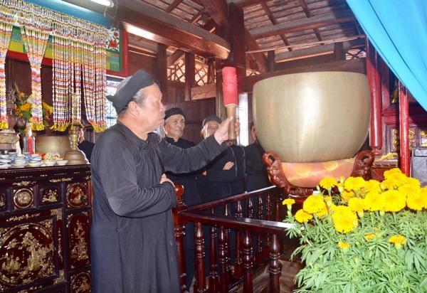 Ông Nguyễn Văn Được, hương chức Nhà Lớn đánh chiêng bắt đầu lễ cúng ông Trần tại Lễ hội Trùng Cửu.