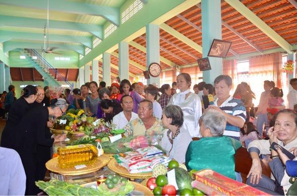 Khách thập phương về dự Lễ hội Trùng Cửu tại Nhà Lớn Long Sơn.