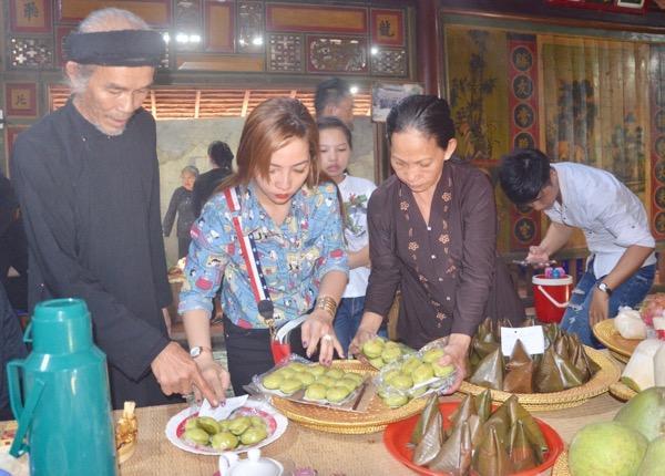 Khách chuẩn bị lễ vật dâng cúng ông Trần tại Lễ hội.