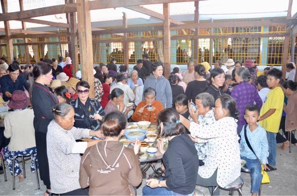 Khách về dự Lễ hội Trùng Cửu được dùng cơm miễn phí.