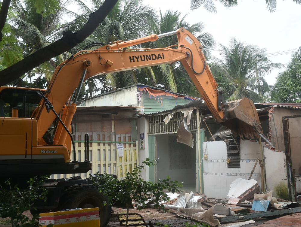 Lực lượng chức năng cưỡng chế công trình xây dựng không phép trên đất công.