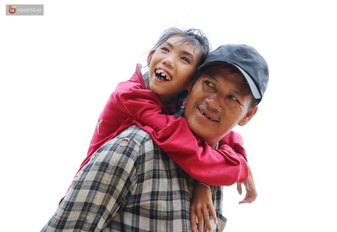 Sau một ngày mưu sinh, nụ cười hiền hậu của 2 cha con như xua tan mọi mệt mỏi, phiền muộn