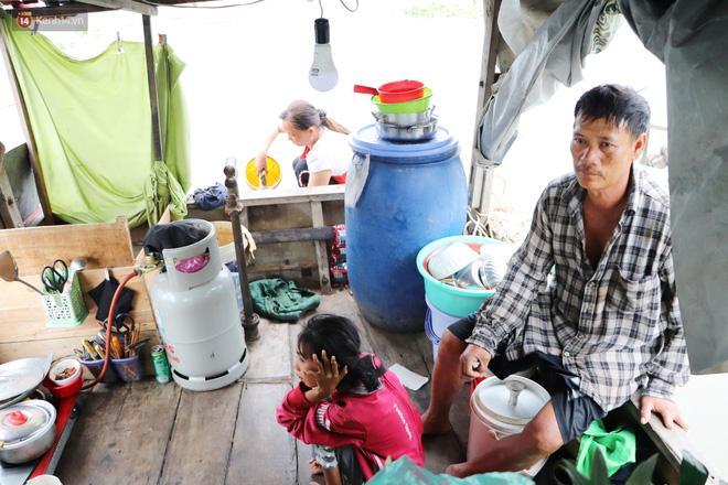 Cuộc sống vất vả của gia đình chú Bằng khi mọi sinh hoạt đều trên ghe giữa dòng sông nước Sài Gòn