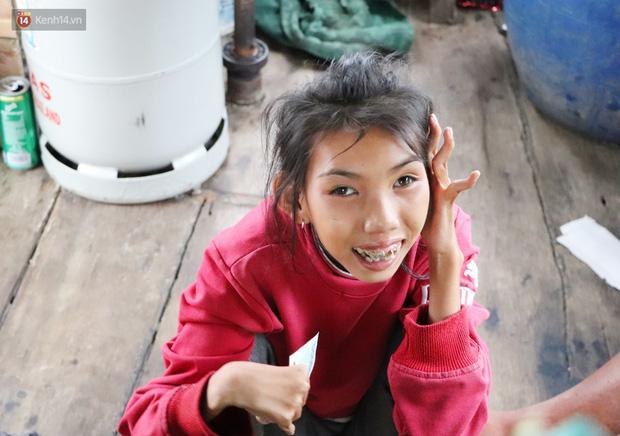 Cô bé cười tươi khi chúng tôi gửi tặng một ít tiền để mua