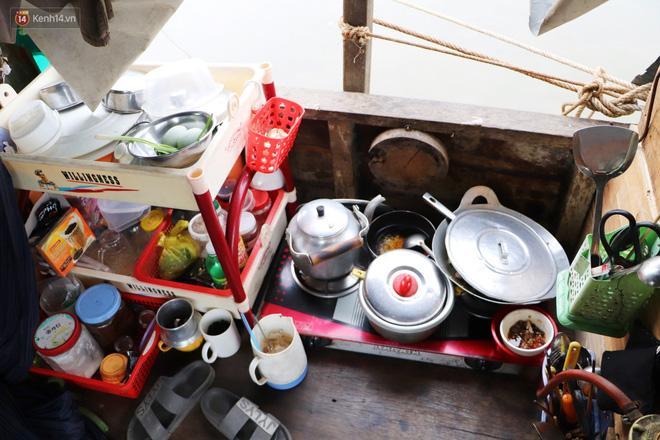 Tắm giặt, nấu nướng, ăn uống của gia đình chú Bằng ở một góc trên chiếc ghe