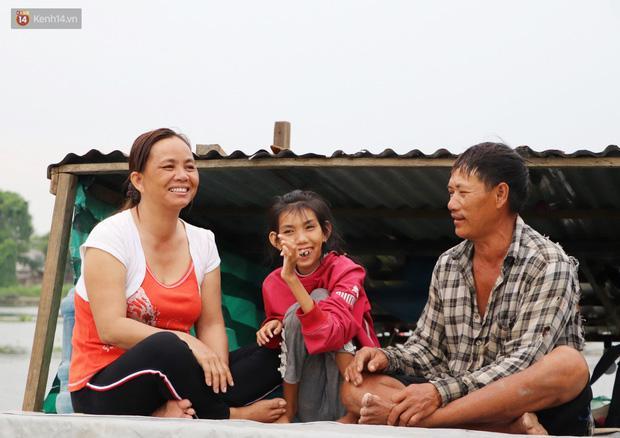 Sau bao nỗi lo cơm áo gạo tiền, nụ cười hạnh phúc vẫn ngập tràn trên chiếc ghe bé tẹo...
