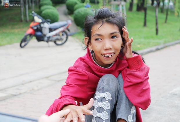 Mỗi ngày, Loan thường ngồi dọc bờ kè công viên Tầm Vu lúc 16h để đợi chú Bằng đi vớt ve chai về đón