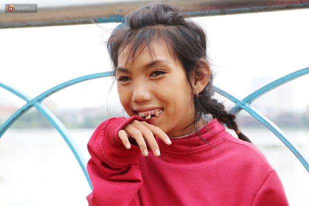 Nụ cười ngây dại của Loan khi theo cha đi lượm ve chai ở Sài Gòn