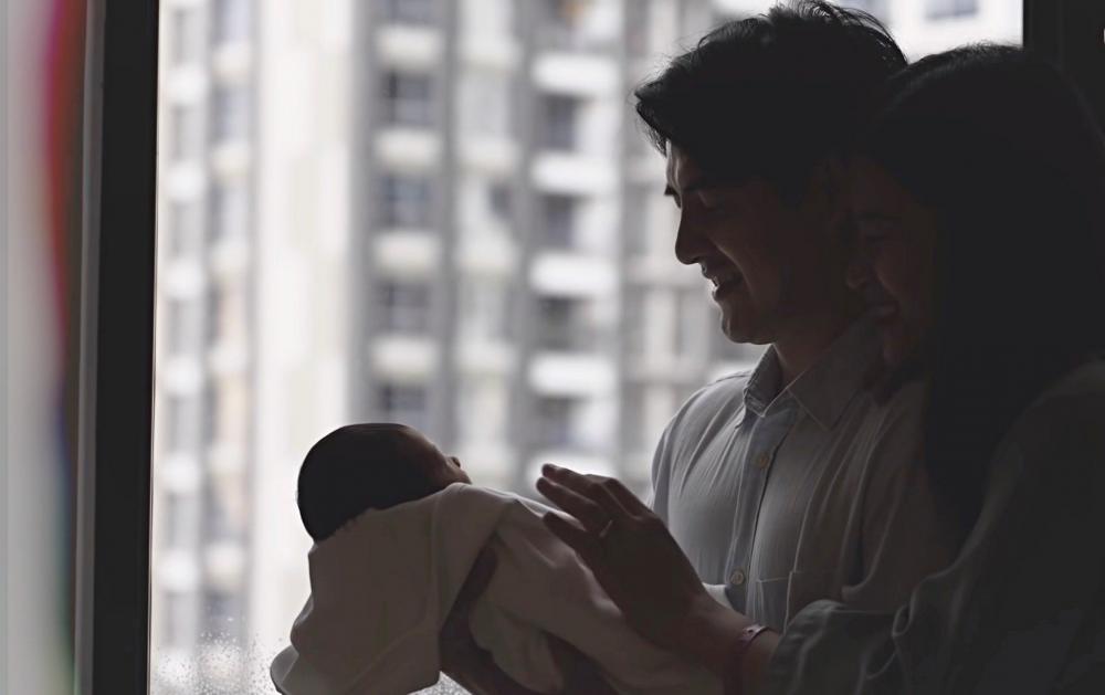 Ông Cao Thắng đã cùng vợ chuẩn bị rất kĩ càng cho ngày chào đón con gái. Anh đỡ đần vợ chăm sóc con gái.