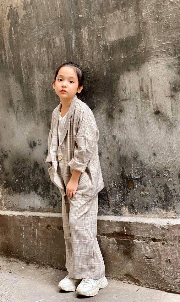 Khác khi lộng lẫy trên sân khấu, Chu Diệp Anh ngoài đời lại rất cá tính và năng động. Dù mới 9 tuổi nhưng cô bé đã nhuộm tóc xanh tím sành điệu, mặc trang phục thời thượng hệt các đàn chị fashionista.