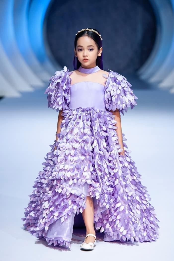 Từ khi nổi tiếng lúc 3-4 tuổi giờ đã lên 9, cô bé Chu Diệp Anh hiện tại đã lớn phổng phao thấy rõ. Ngoài nét chín chắn trên khuôn mặt thì Diệp Anh vẫn rất xinh đẹp và đáng yêu.