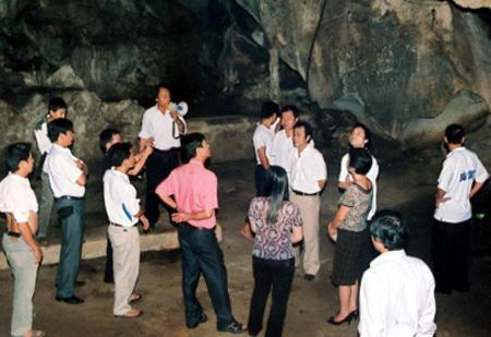 Khách du lịch thăm quan động Thủy Tiên hồ Thác Bà. (Nguồn: Minh Tuấn)