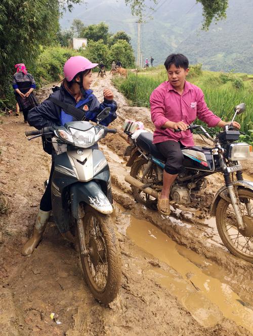 Chiếc xe đã không thể vượt qua được con đường lầy lội, trơn trượt bởi sống trâu. Cô Dương đã phải bỏ xe lại đi bộ lên trường.