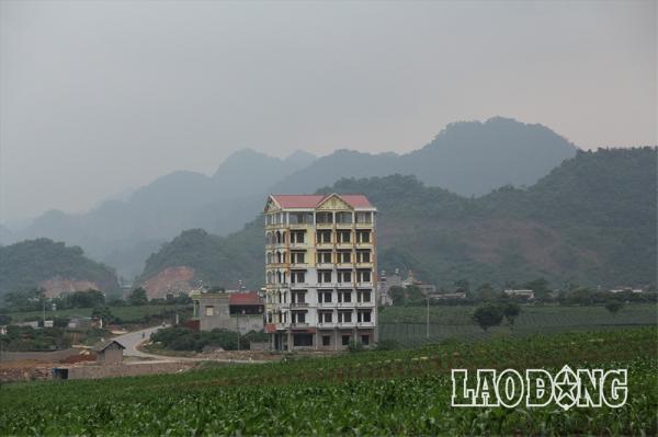 Tòa nhà của Tráng A Tàng có độ cao nổi bật giữa vùng rừng núi Tây Bắc.