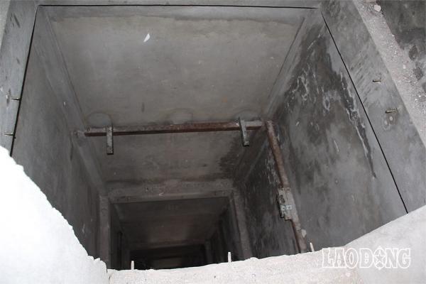Khoang chứa thang máy sâu hun hút không hề được che chắn rất nguy hiểm. Ảnh: LN.