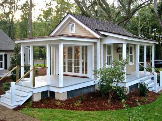 Căn nhà nhỏ lợp ngói, nhiều cột tròn vững chắc, đẹp giản dị. Ảnh: Kientrucnhadep24h.
