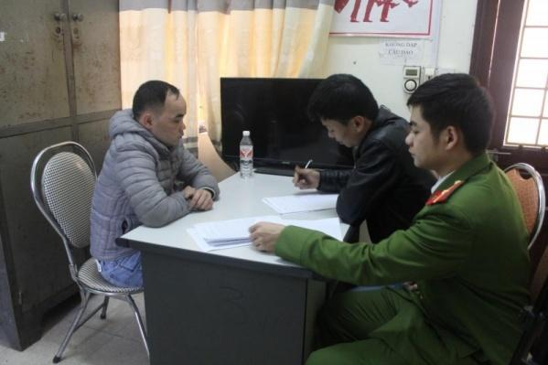 Đối tượng Thảo (bên trái), cầm đầu đường dây đánh bạc qua mạng ở Cao Bằng tại cơ quan điều tra. Ảnh: Giao thông