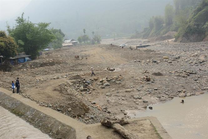 Bãi cát sỏi ngăn cản dòng suối Thia nhìn từ đập thủy lợi Nang Phai