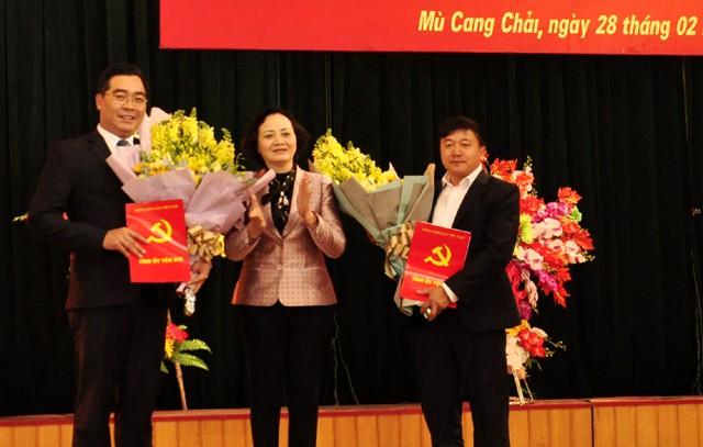 Bí thư Yên Bái Phạm Thị Thanh Trà trao quyết định cho đồng chí Nông Việt Yên, Giàng A Tông.