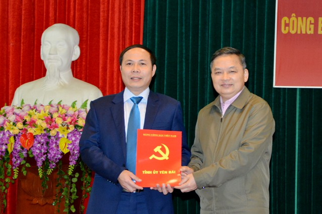Phó Bí thư Thường trực Tỉnh ủy Yên Bái Dương Văn Thống trao quyết định cho đồng chí TRần Ngọc Luận.