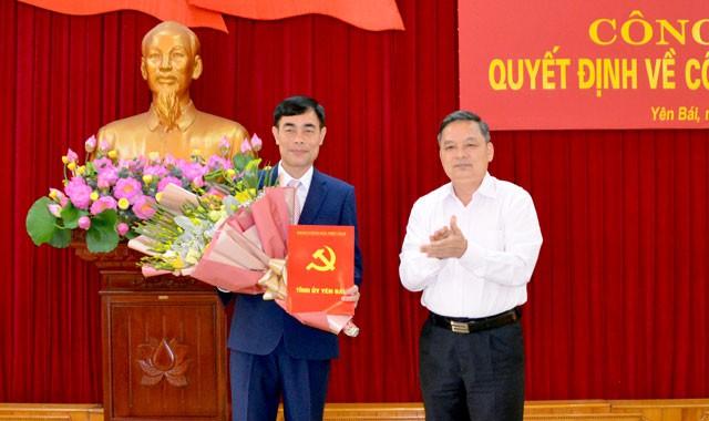 Phó Bí thư Thường trực Tỉnh ủy Yên Bái trao quyết định cho đồng chí Đỗ Quang Minh.