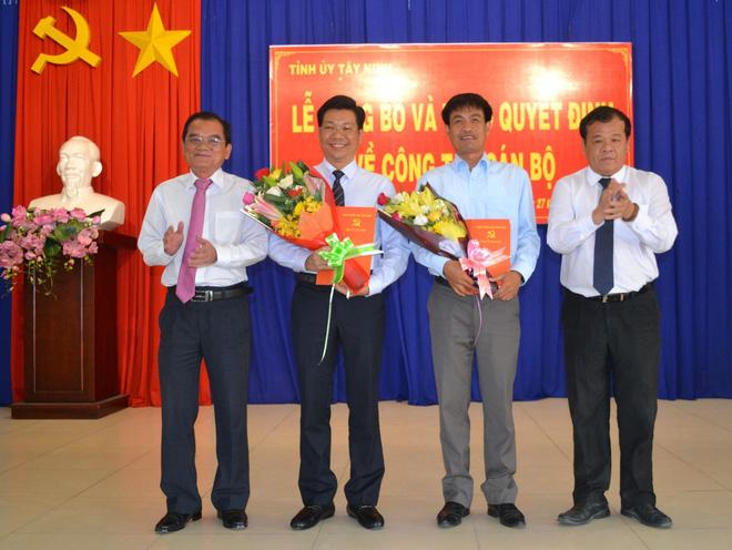 Lãnh đạo tỉnh Tây Ninh trao các quyết định và chúc mừng các cán bộ được bổ nhiệm.