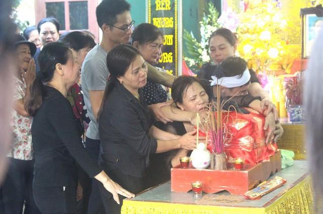 Bà Thúy ôm chặt di cốt con gái trong suốt buổi Lễ t ruy điệu. Ảnh: Đ.Tùy